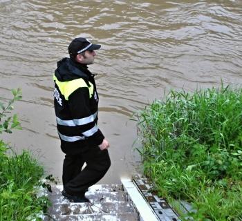 Městská policie ve Valašském Meziříčí nepřetržitě monitoruje záplavové  území. 0ce482765c